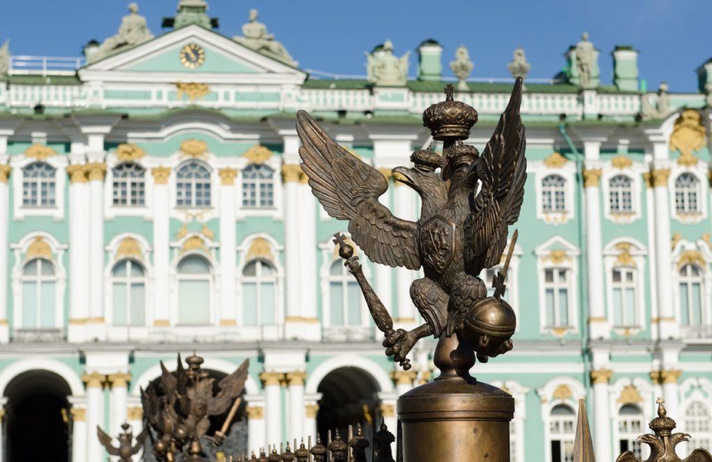 Palácové námestie so Zimným palácom, v ktorom sídli svetoznáme múzeum Ermitáž
