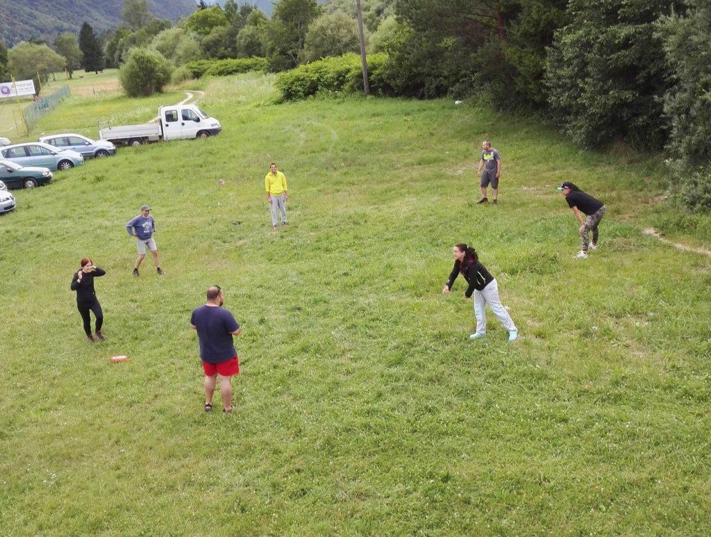 Po prvom dni sme sa vybrali na lúku s frisbee, podebatili a pivko nám po tejto aktivite chutilo o čosi viac :)
