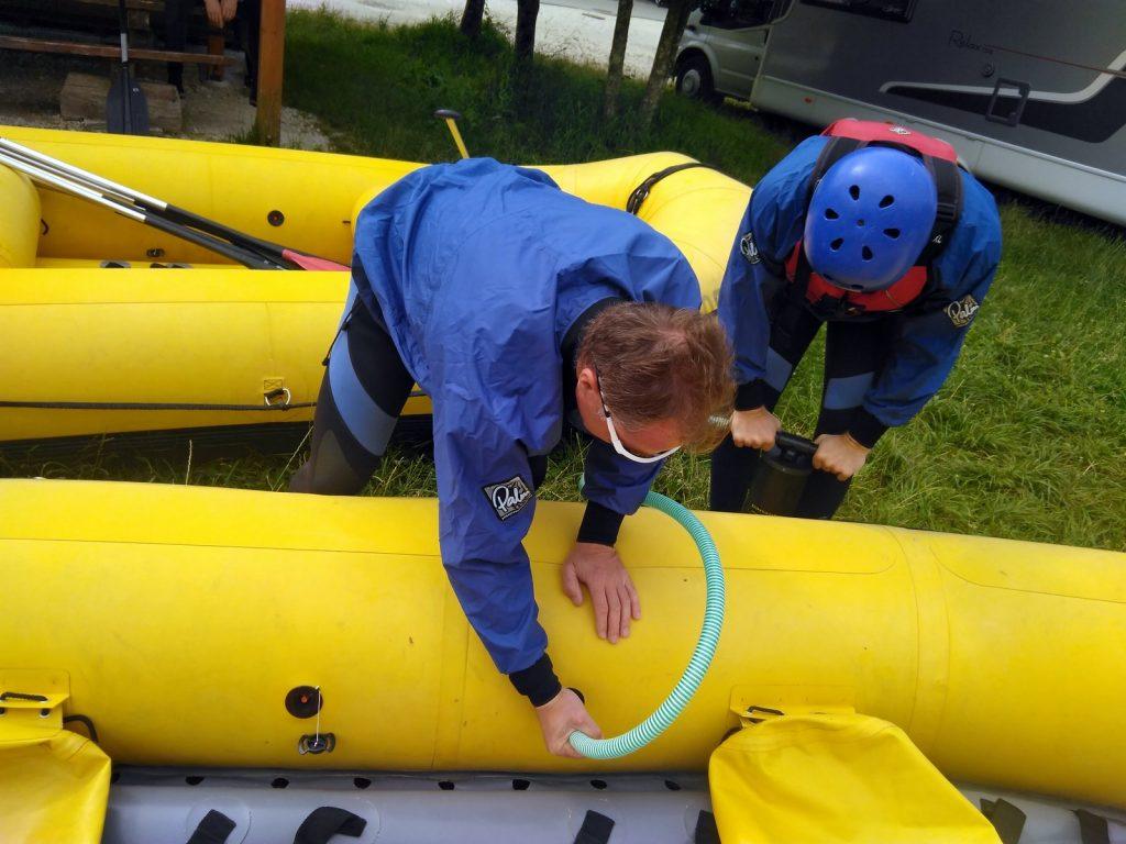Počas víkendu sa spriatelíte aj s cudzími ľuďmi vďaka najrôznejším aktivitám, ako napríklad fúkanie vlastného raftu :)