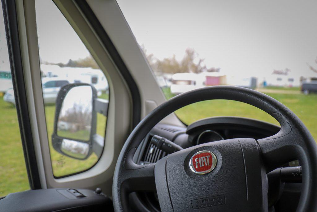 Keď je za vozidlom pripojený karavan/príves a tažné z Zaistite, aby všetci cestujúci boli vonku.